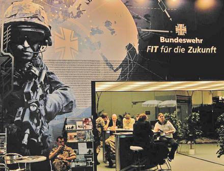Rekrutierungsstand der Bundeswehr auf der CeBIT 2005 | Foto: gamsbart
