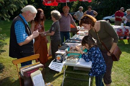 Großer Garten, Sonnenwetter, Büchertische - für die interessieren sich kleine und große Besucher.