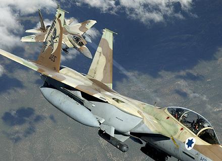 Israelische atomwaffenfähige f-15-jagdbomber im manöver, wie auf
