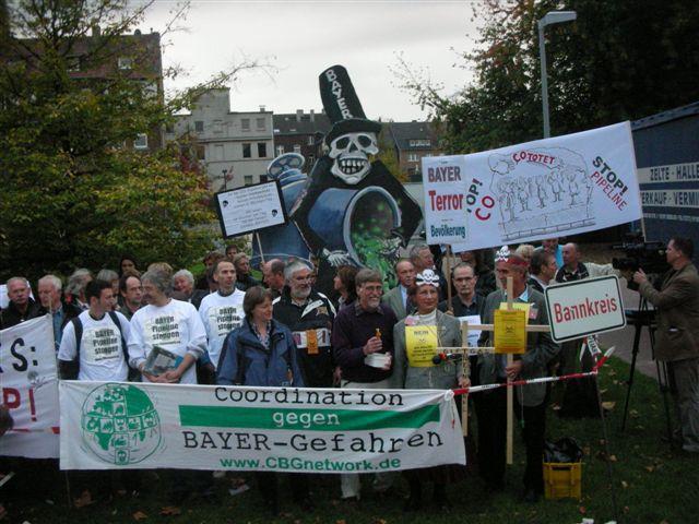 Demonstranten mit Transparenten und Plakaten