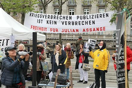 """""""Kriegsverbrechen publizieren ist kein Verbrechen – Freiheit für Julian Assange"""""""