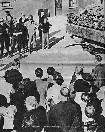 Führung durch das KZ Buchenwald blicken Weimarer Bürger auf einen der mit Leichen beladenen Wagen