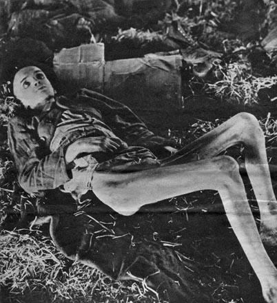 Dieser Gefangene wurde noch lebend auf seinem Strohlager in der Hauptbaracke aufgefunden. Bald darauf starb er.