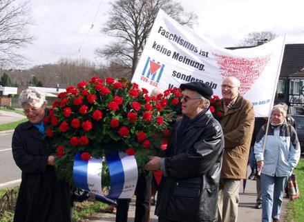 Teilnehmer der Gedenkkundgebung mit Transparent der VVN und Kranz auf dem Weg zum Wenzelnberg, April 2006.
